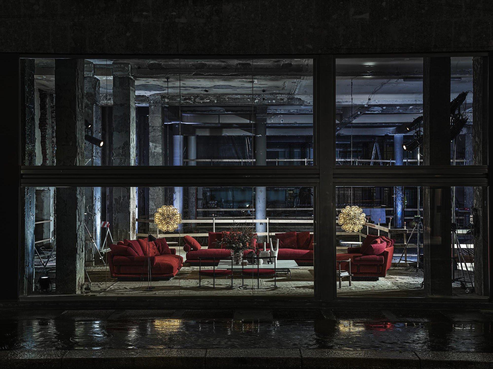 B&B Italia stellt die schwungvolle Polsterkollektion Noonu von Antonio Citterio vor, die diesmal in der Via Durini nur von außen zu sehen ist: inmitten des völlig entkernten Showrooms, der von Piero Lissoni – dem neuen Art Direktor der Marke – gerade umgebaut wird.Foto: Matteo Imbriani