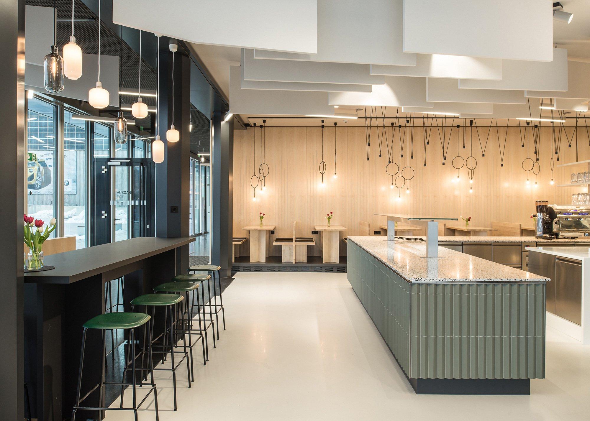 Verschiedene Sitzmöglichkeiten, warme Materialien und zeitgemäße Farben machen das Museums Café M1 der BMW Group zu einem einladenden Treffpunkt für Besucher und Mitarbeiter. Foto: Susanne Öllbrunner