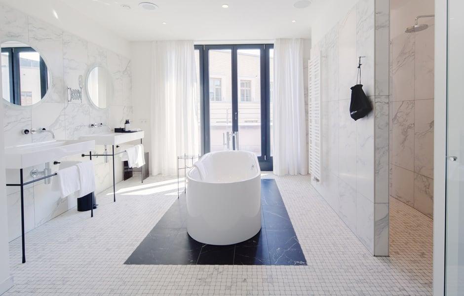 Bühne für eine Badewanne: Die freistehende BetteLux Oval Silhouette in der Tortue Suite. © Tortue Hamburg