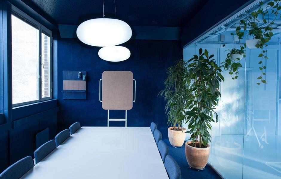 Boden und Wände dieses Besprechungsraumes sind mit einem königsblauen Teppich ausgeschlagen.