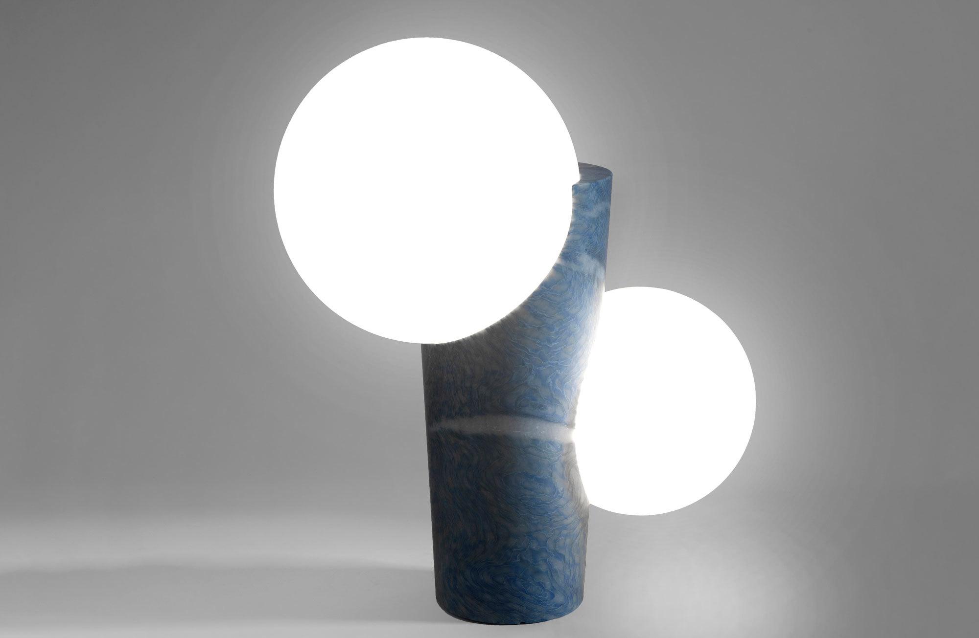 Model 1 der Leuchte Osmosi Light aus dem brasilianischen Quarzit Blue Macaubas, Foto: Valentina Zanobelli