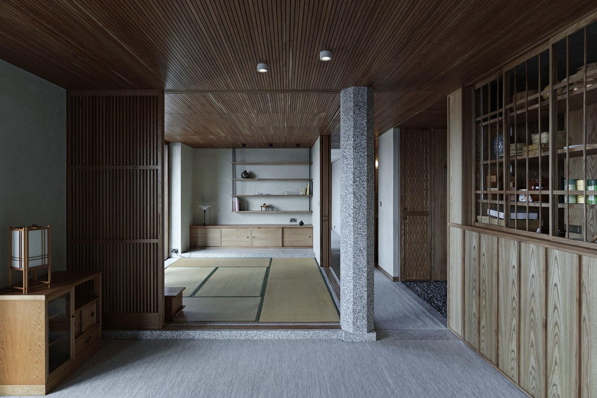 Das ehemalige zweite Schlafzimmer verwandelten die Architekten in einen japanischen Raum, den sie mit Tatamimatten auslegten.