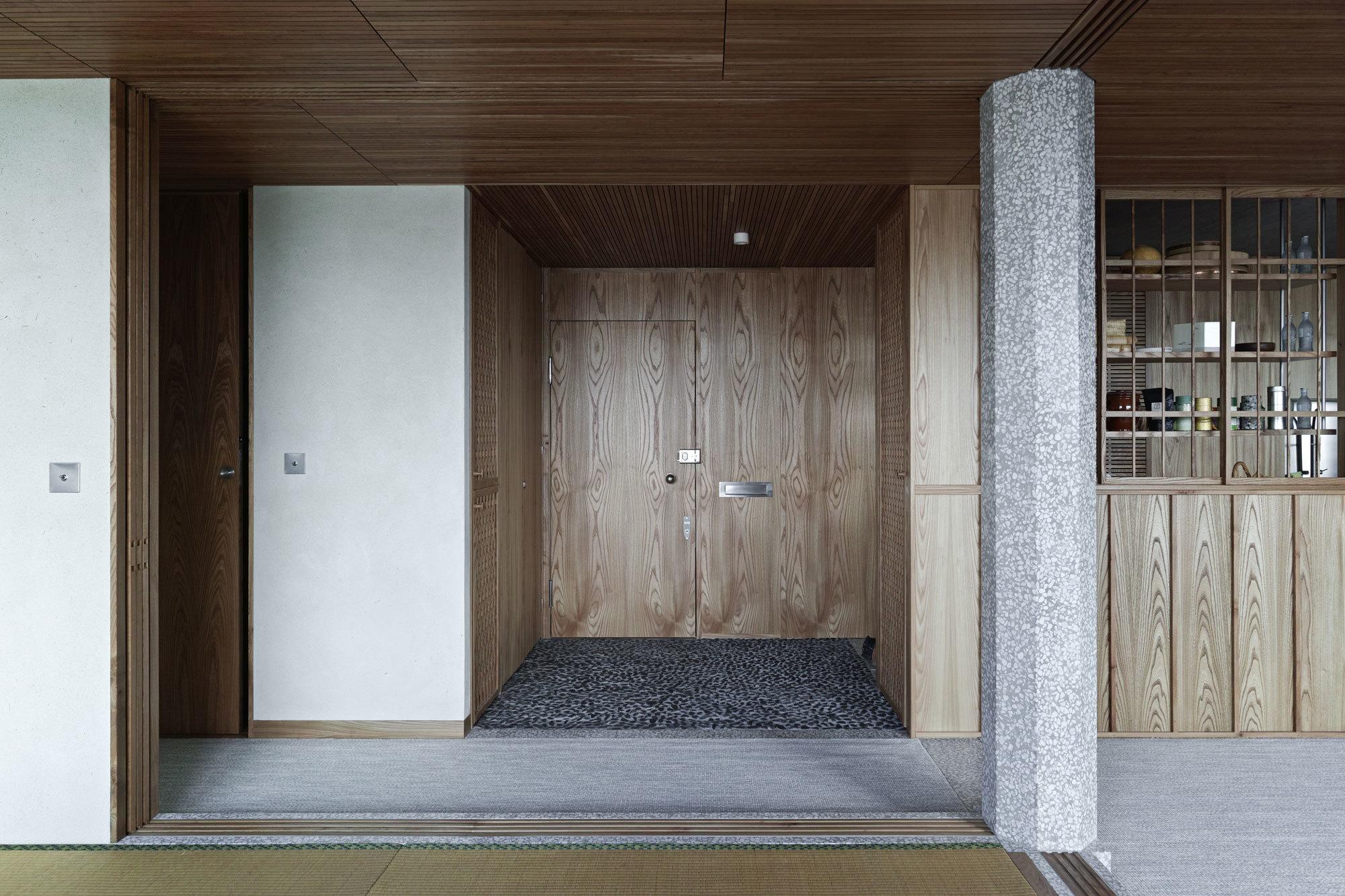 Eine mit Terrazzo verkleidete Säule und die variierenden Oberflächen auf dem Boden sorgen für optische Gliederungen des Apartments.
