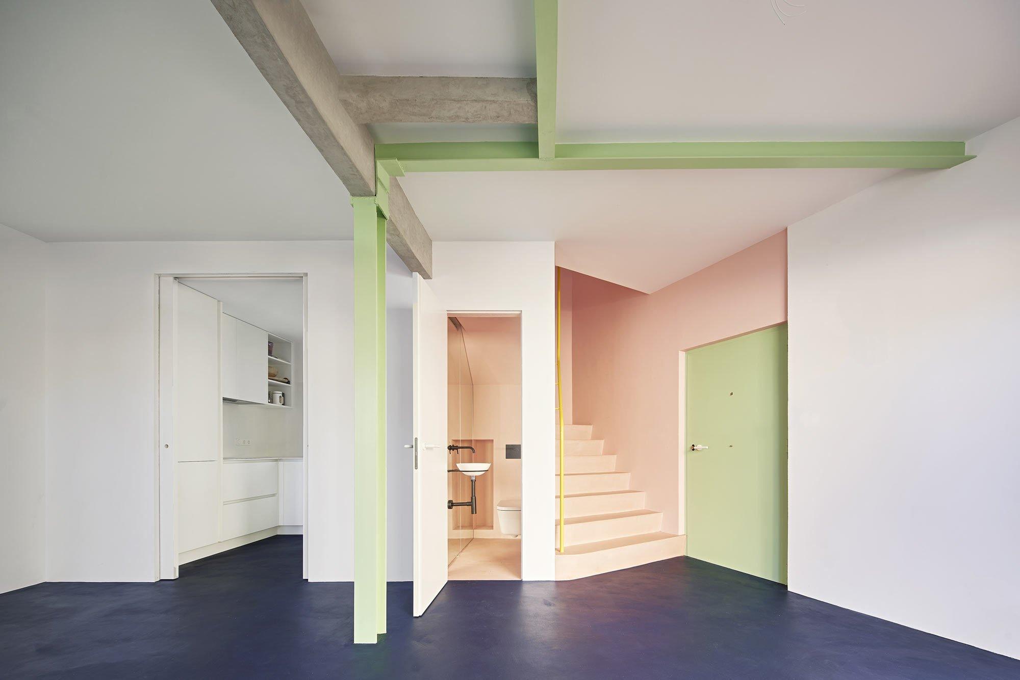 Mit wirkungsvollen Farbkontrasten und fließenden Übergängen verwandelte die Architektin Beatriz Alés ein verschachteltes Haus in eine weitläufige Wohnoase für ein Paar.