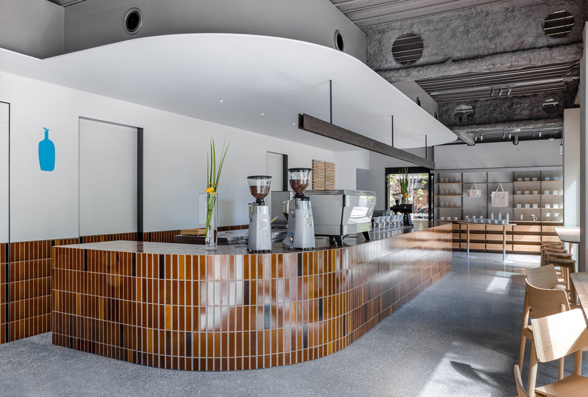 """Vom Ätna nach Tokio: Die Kaffeehauskette """"Blue Bottle Coffee"""" hat eine Dependance im Viertel Shibuya eröffnet – entworfen von Keiji Ashizawa Design."""