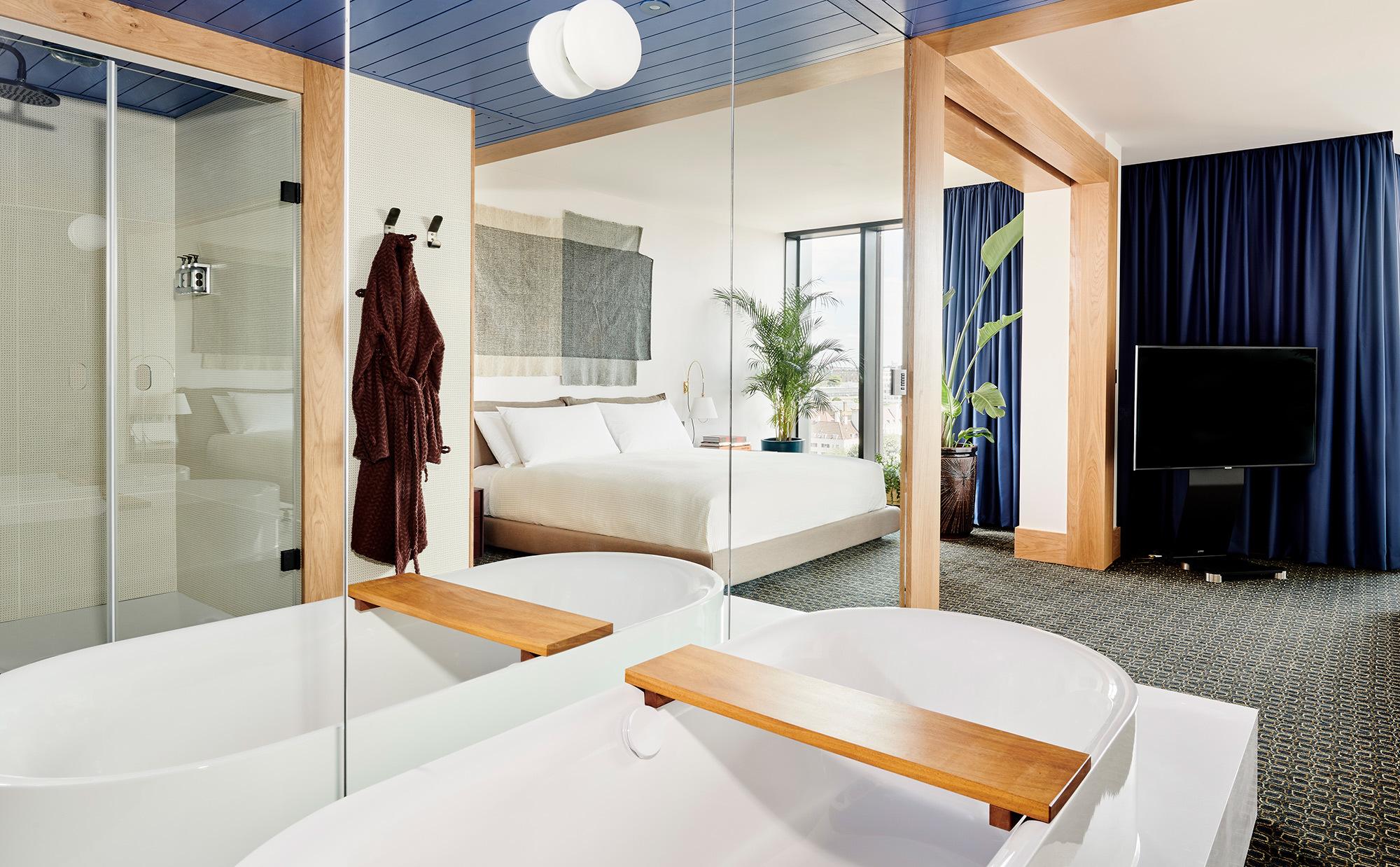 In den großzügigen Suiten des Hauses steht die Wanne BetteLux Oval Highline frei im Raum.