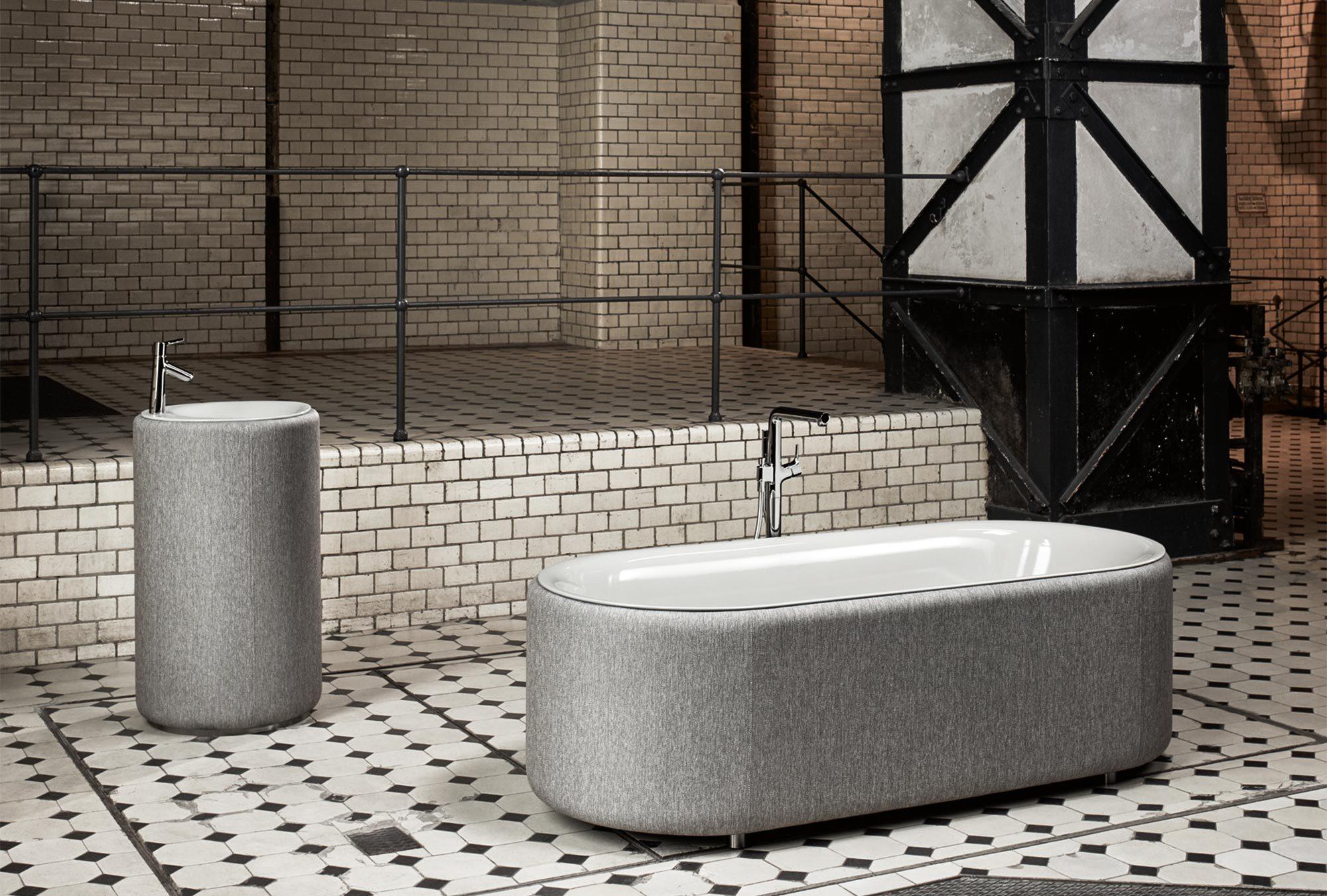 Die Kollektion bringt Wohnlichkeit ins Bad. Der Wannenkörper besteht aus glasiertem Titan-Stahl, während die Wannenschürze aus gewebtem wasser- und klimaresistentem Stoff bezogen ist.