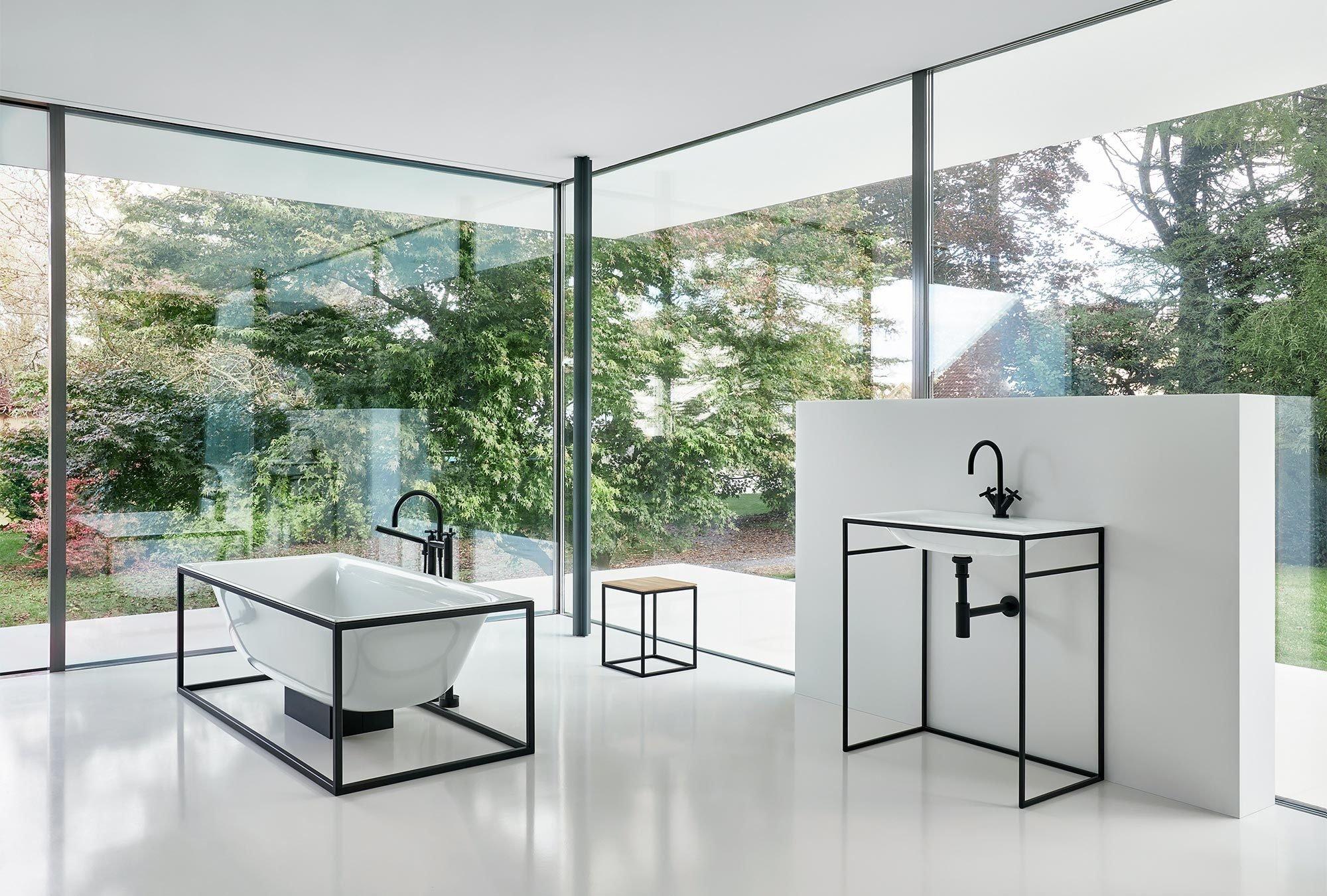 Die BetteLux Shape-Kollektion besteht aus Badewannen, Waschbecken und Accessoires, die in farbigen offenen Stahlrahmen gefasst sind.