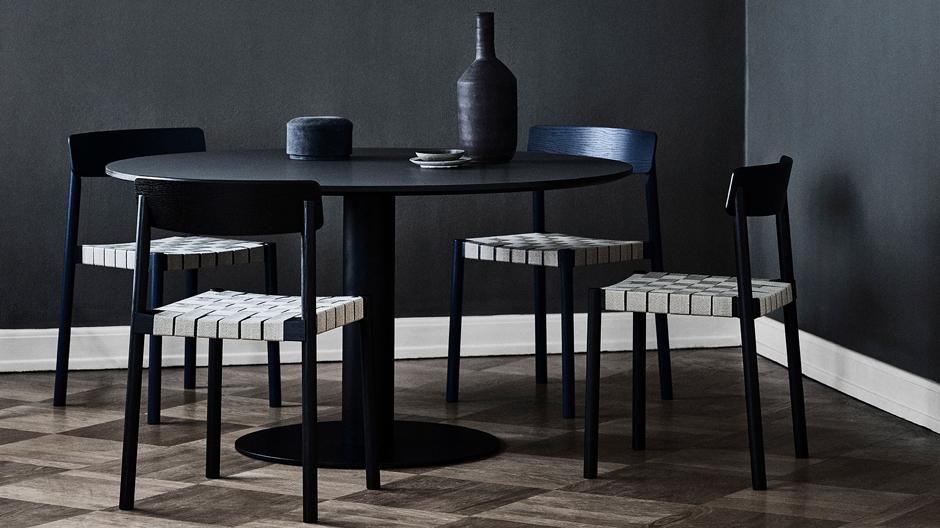 Für das dänische Unternehmen &Tradition haben die beiden Designer Jakob Thau & Sami Kallio den gewebten Sitz freigelegt.