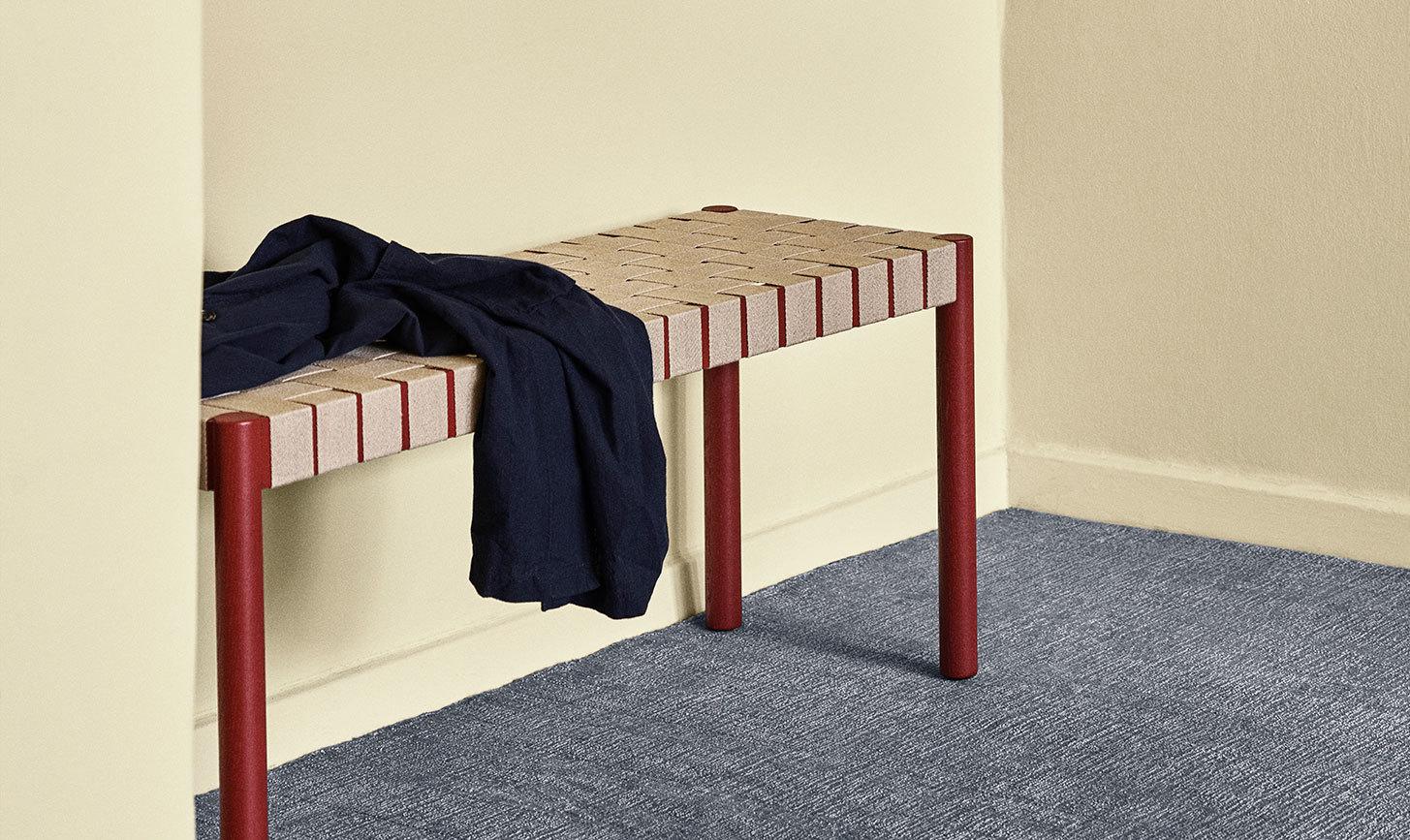 Für den dänischen Hersteller &Tradition haben die beiden Designer Jakob Thau und Sami Kallio die Sitzbank Betty entworfen.