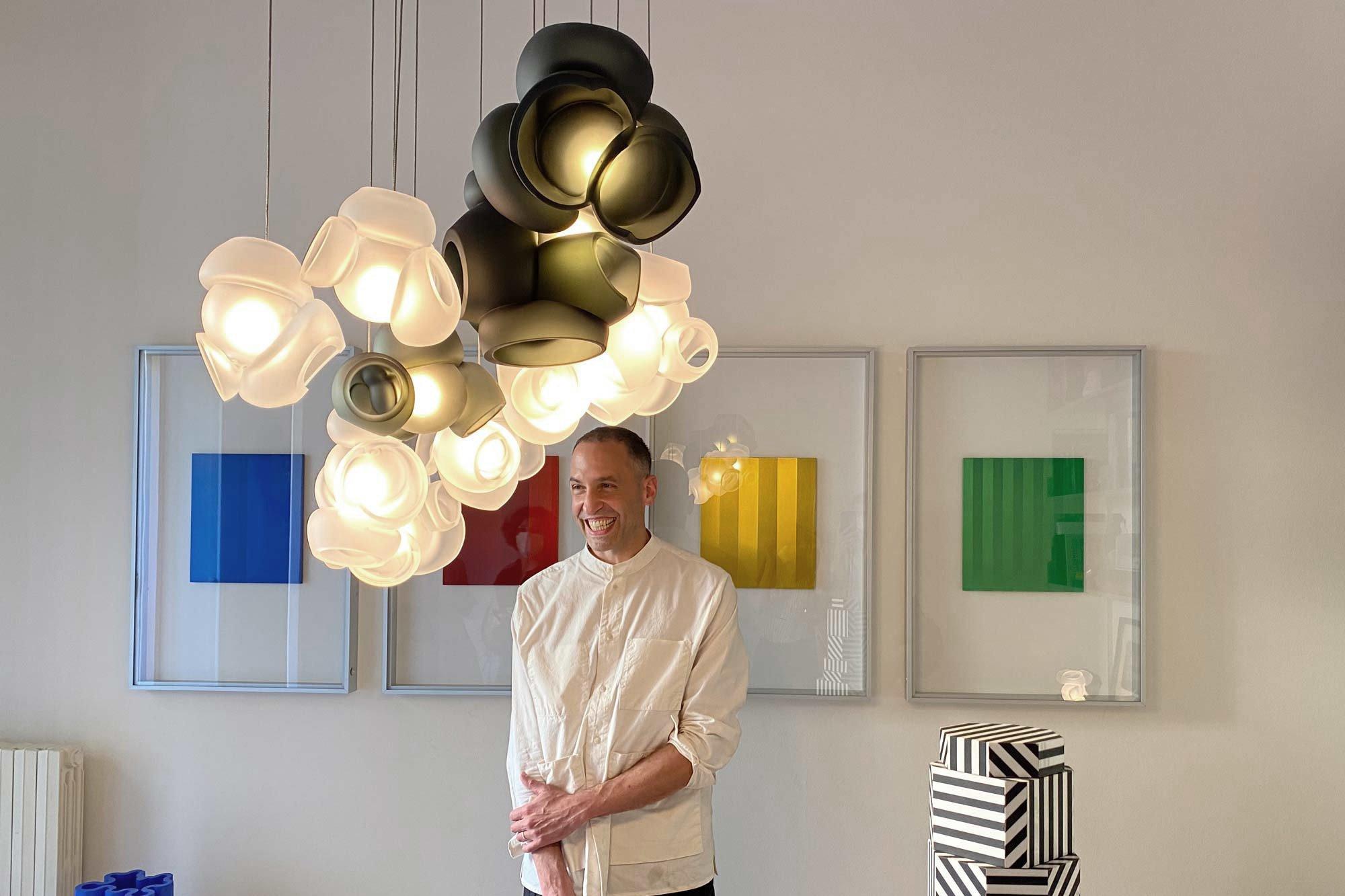 Omer Arbel (Bocci) zeigt im Apartment von Nicolas Bellavance-Lecompte die Leuchte 100, Foto: kh