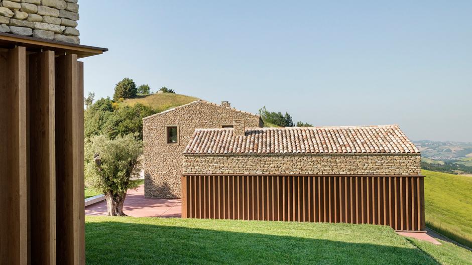 Nahe der Stadt Urbino hat das Architekturbüro Gardini Gibertini ein Ensemble aus drei Neubauten errichtet.