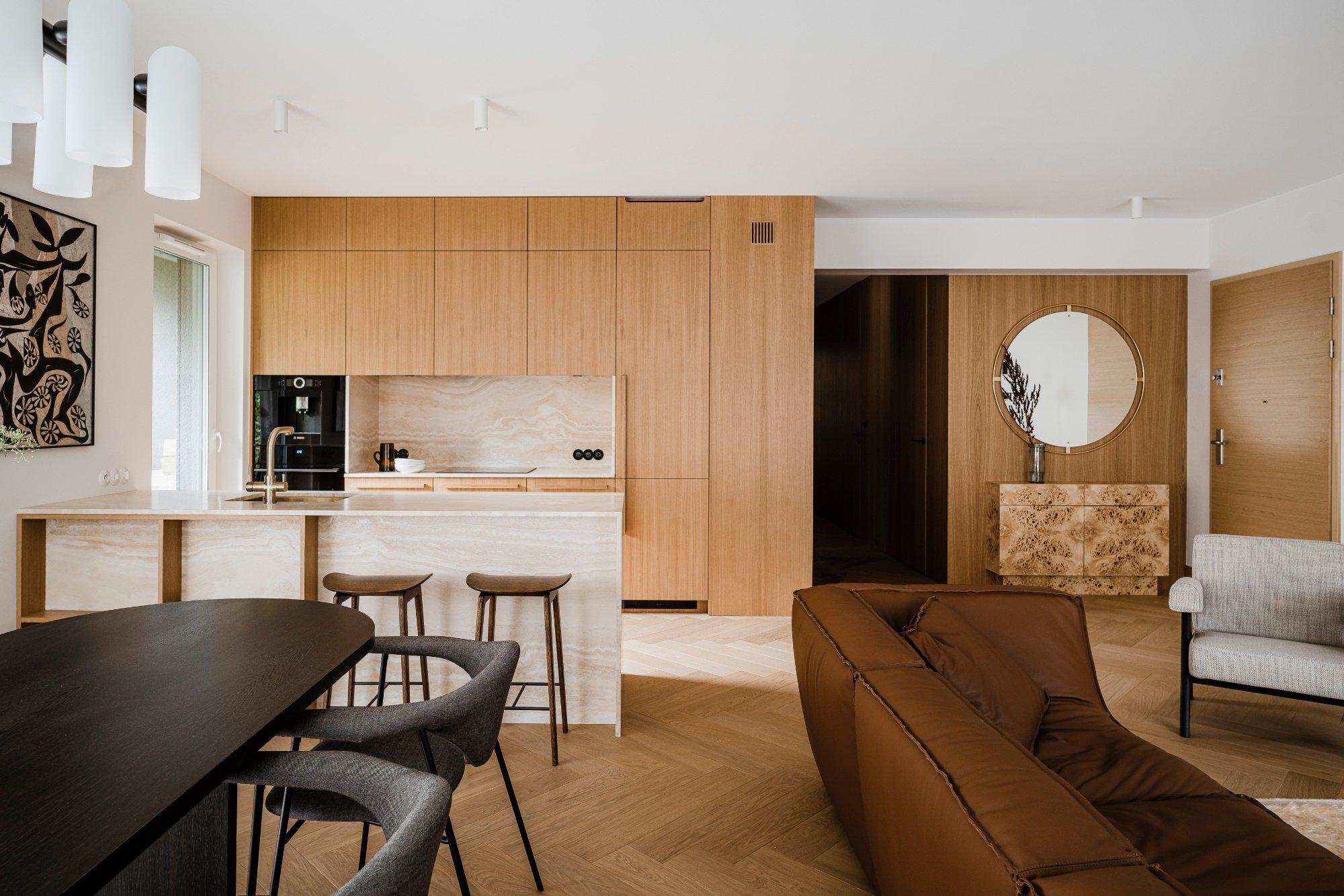 Die Architektin Agnieszka Owsiany gestaltete für ein Paar mit hektischem Alltag ein Apartment, das – dank warmer Farben und Naturmaterialien – Ruhe ausstrahlt.