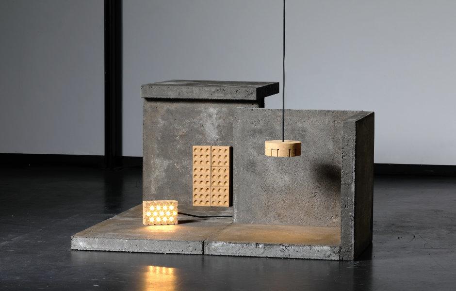 Simon Diener (Staatliche Hochschule für Gestaltung Karlsruhe) entwarf Brittle Objects als Neugestaltung des bisherigen LED-Leuchtmittels. Dabei stellte er sich die Frage: Wie würden Produkte aussehen, die schon von Anfang an ihre Dekonstruktion mit eingeplant haben, um später wieder als Rohstoff zur Verfügung zu stehen?