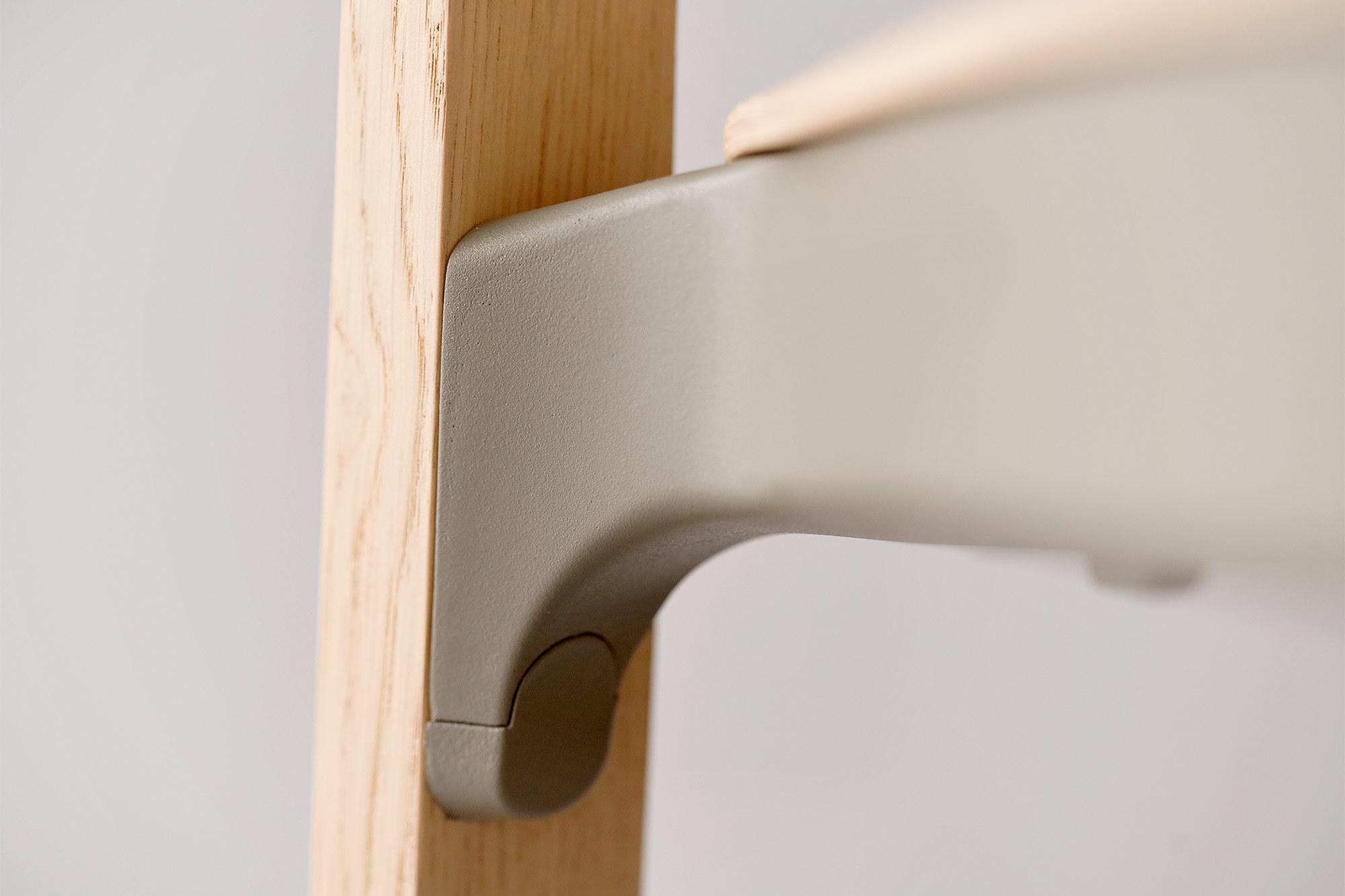 Holzstuhl nate hat eine Zarge aus Kunststoff.