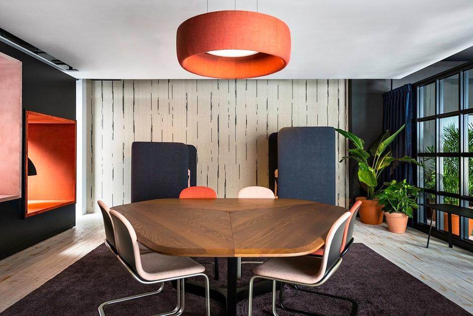 Die Coworking-Lounge von BuzziSpace zeigt, wie die richtige Möblierung akustisch wie visuell für die nötige Ruhe sorgen kann. Foto: Chris Bradley