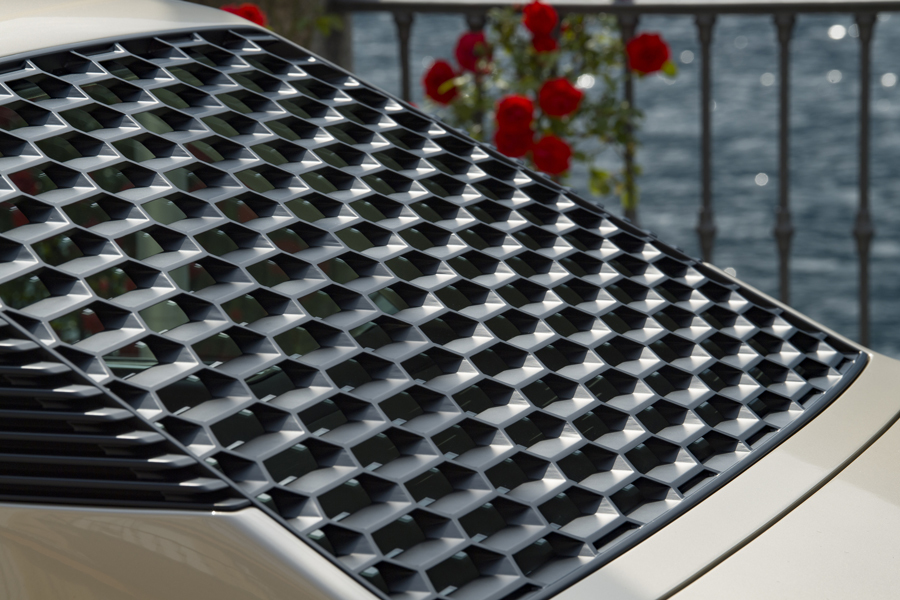 Ein typisches Gandini-Stilelement am BMW Garmisch ist die wabenförmige Sonnenschutzblende über der Heckscheibe.Foto:Hermann Köpf / BMW Group Classic