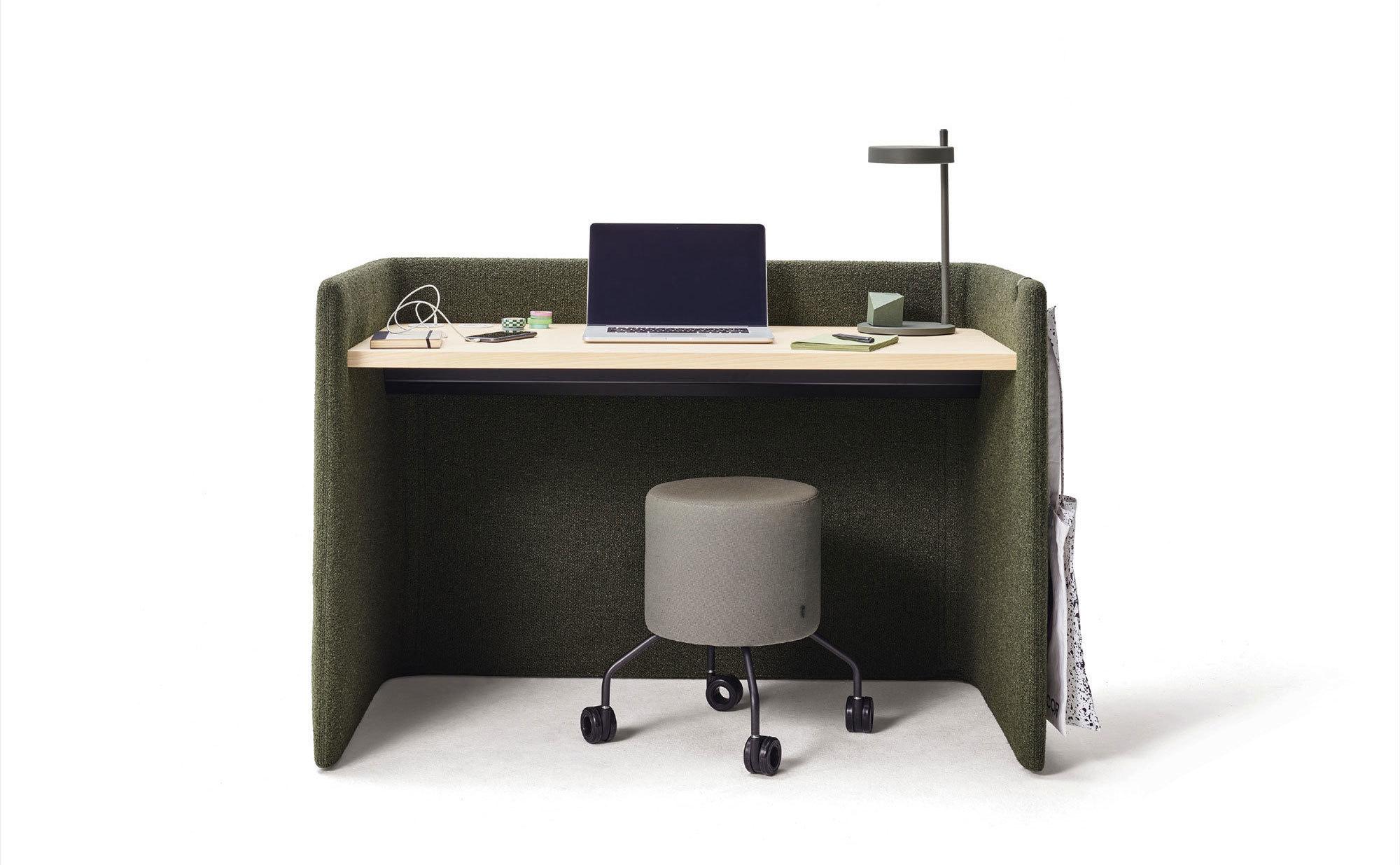 Der Schreibtisch aus der Produktfamilie Floater von Cor hat eine gepolsterte Außenschale in Höhen von 86 oder 133 cm. Foto: ©COR