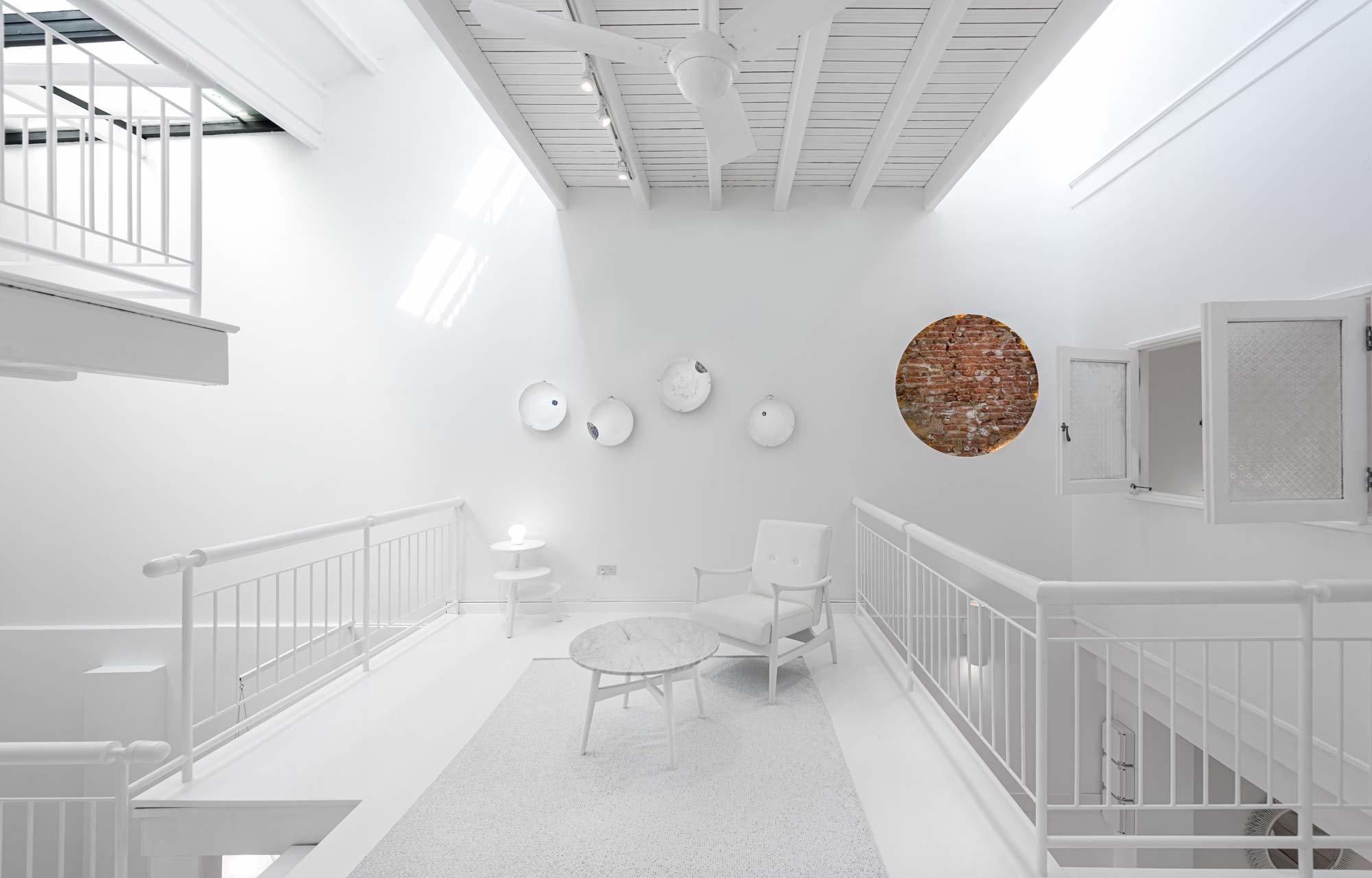 Mit einem komplett weißen Überzug verwandelte Ministry of Design ein Singapurer Haus in ein verträumtes Refugium zwischen Vergangenheit und Zukunft.