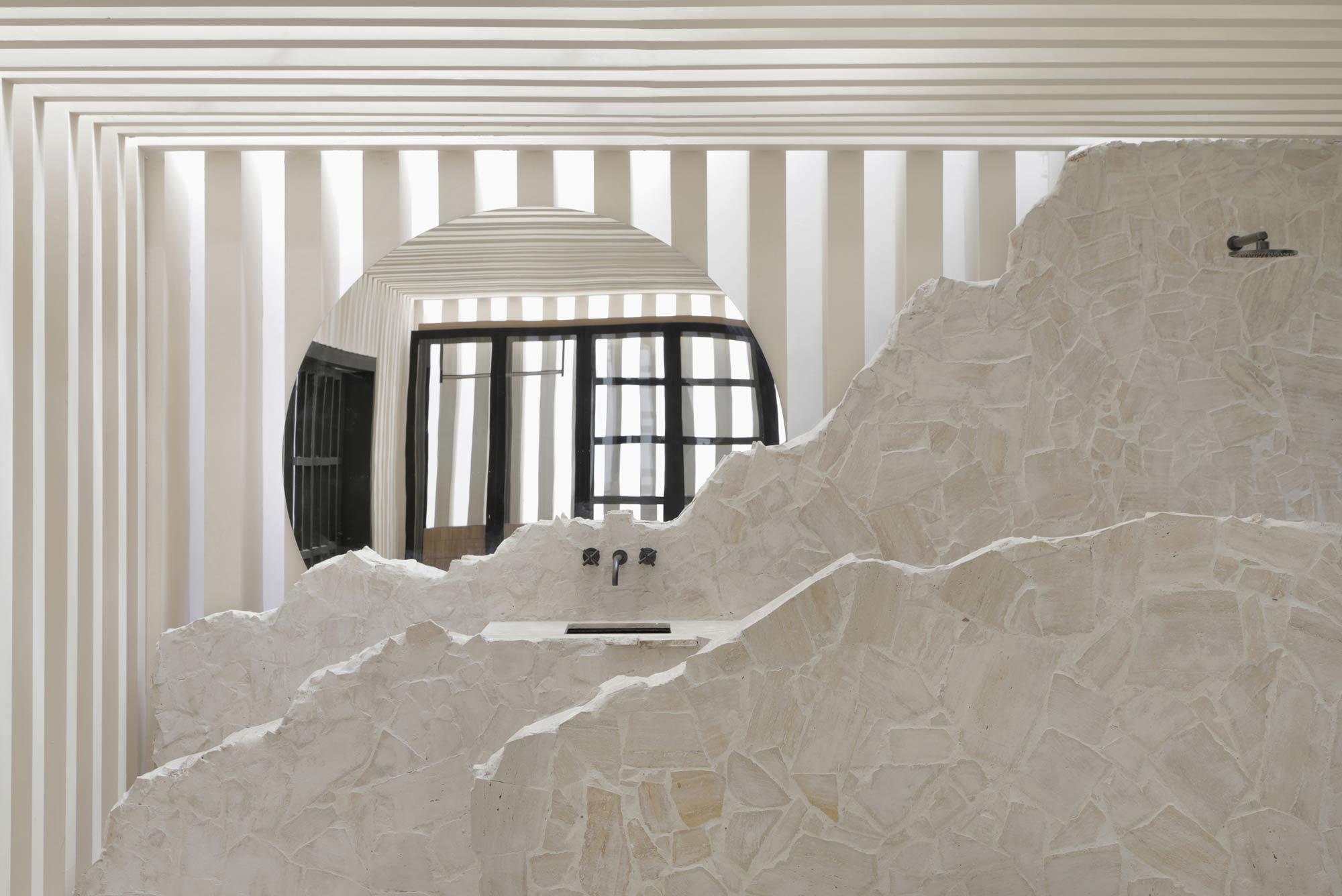In seiner Casa Sibipirunas gibt der brasilianische Architekt Otto Felixdem Bad mit einem Boden und Einbauten aus Travertin eine natürliche Atmosphäre. Foto: Denilson Machado