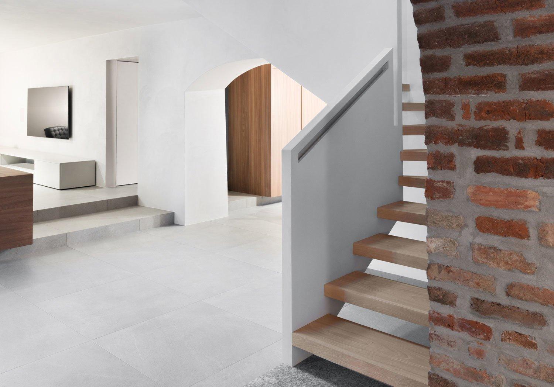 In Montevecchia hat das Architekturbüro a25architetti eine historische Weinkellerei behutsam modernisiert und in ein zeitgemäßes Einfamilienhaus verwandelt.