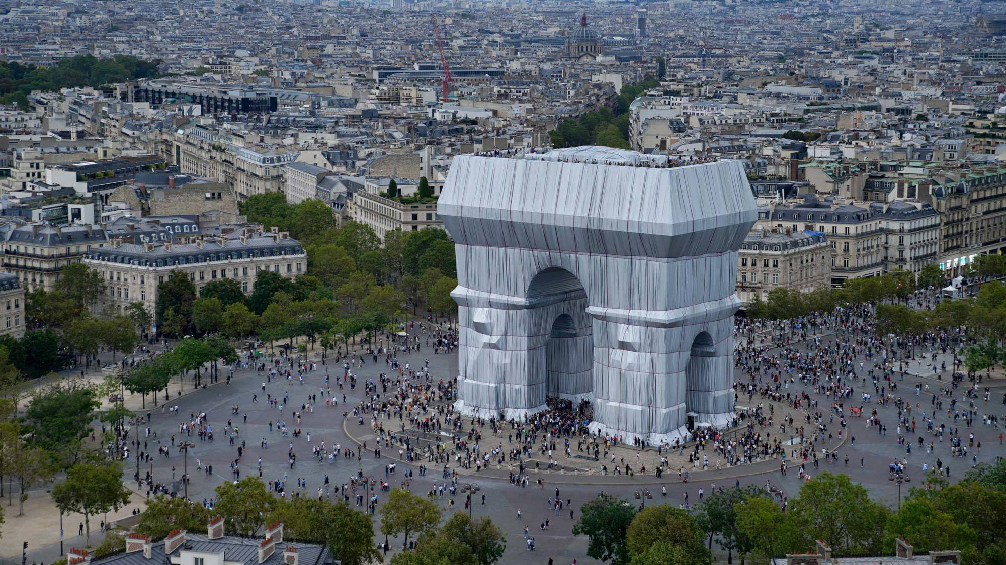Christo and Jeanne-ClaudeL'Arc de Triomphe, Wrapped, Paris, 1961-2021Foto: Wolfgang Volz, 2021, © Christo and Jeanne-Claude Foundation