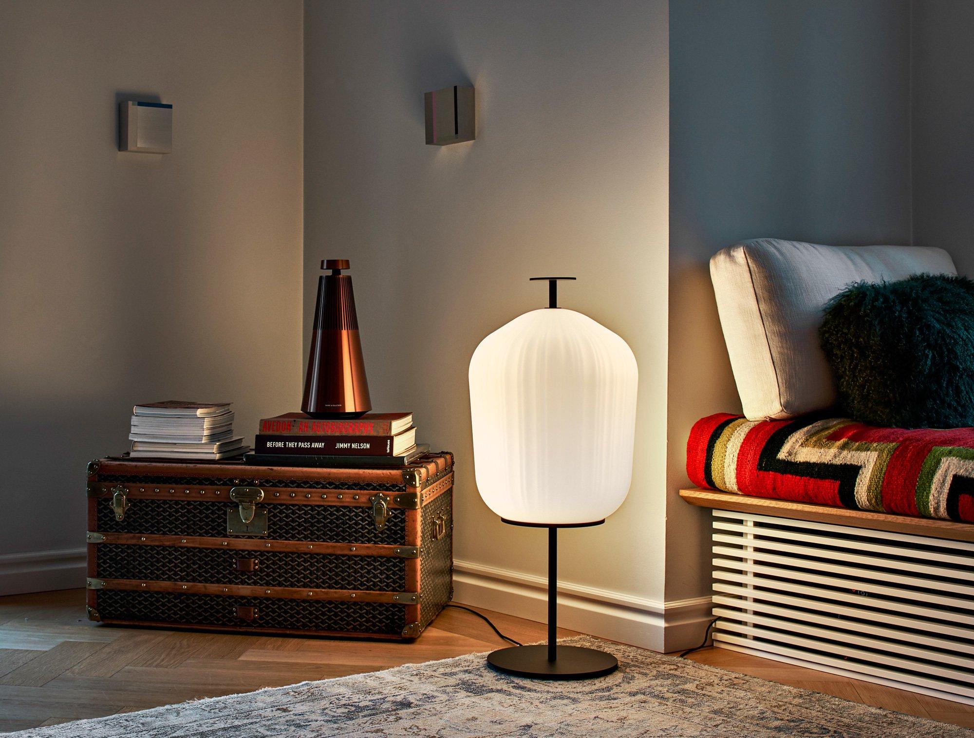 Plissée ist eine Tischleuchte mit einem wellenförmigen Lampenschirm, den Sebastian Herkner für Classicon entworfen hat. Der Schirm wird in Italien in eine Metallform geblasen. Foto/ Copyright: Elias Hassos