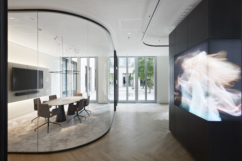 Flexibilität und Qualität prägen das von Just/Burgeff Architekten gestaltete Conference Center in Frankfurt. Im Mittelpunkt steht ein Multifunktionsmöbel.