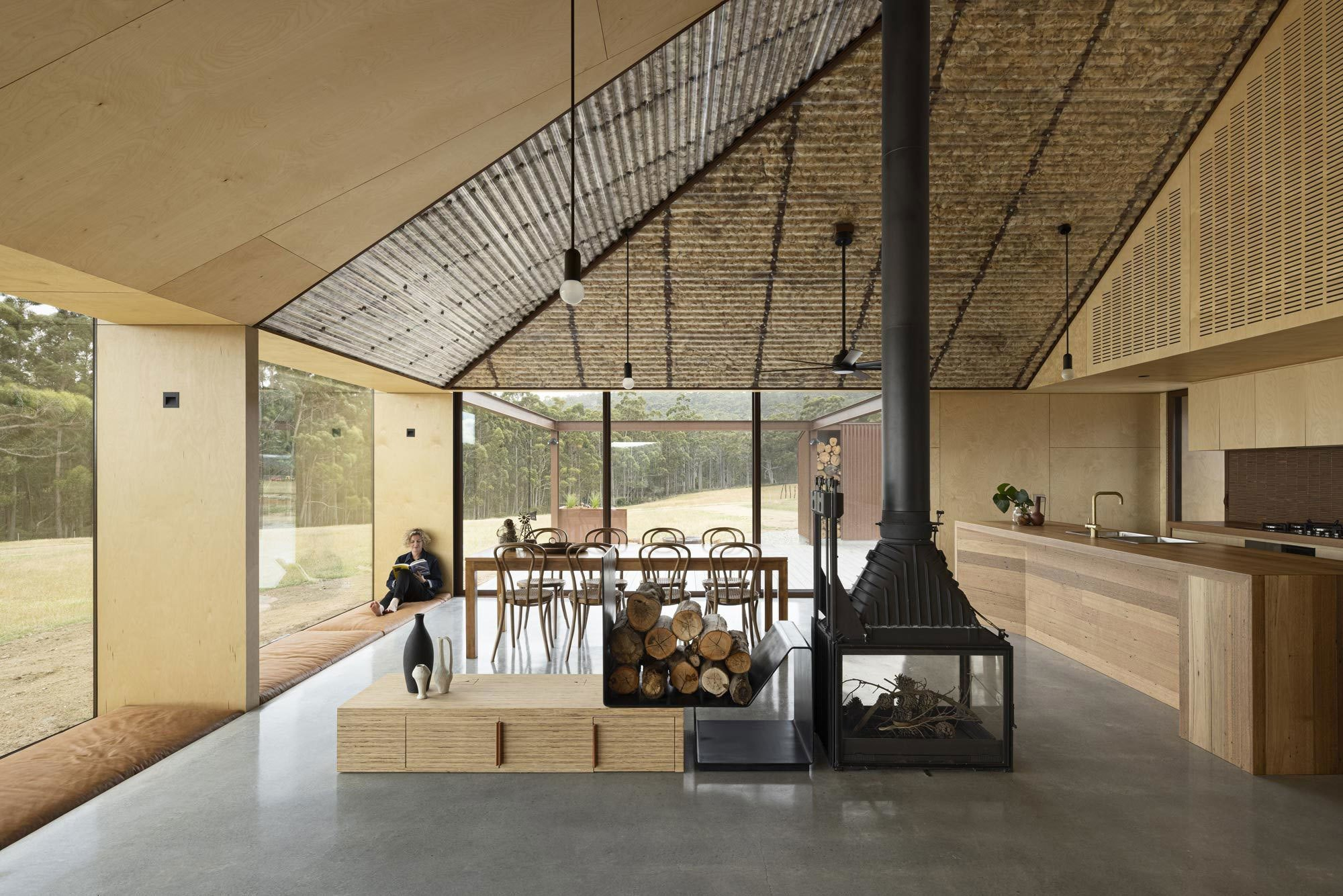 Ob als spektakuläres Gestaltungselement oder nützlicher Stauraum – Einbauten aus Holz geben Räumen einen ganz besonderen Charakter, viel Wohnlichkeit und Wärme, wie das Haus Coopworth von FMD Architects auf Bruny Island in Australien zeigt. Foto: Dianna Snape