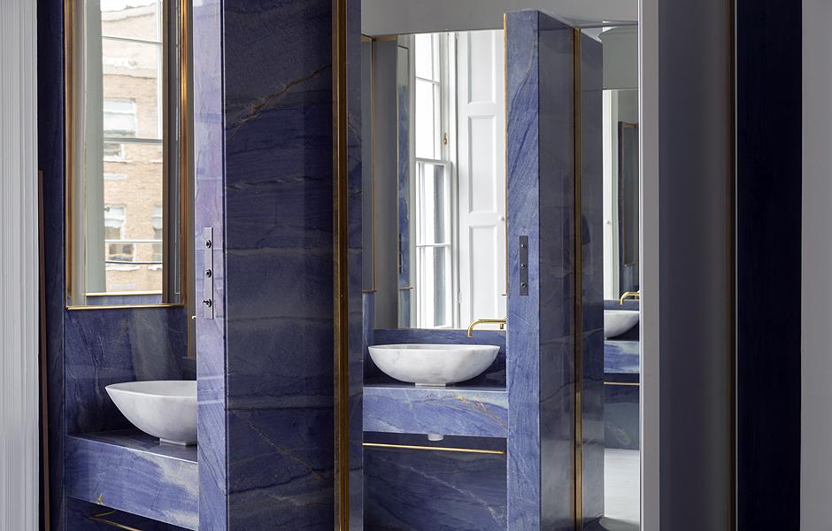 Für ein Townhouse in Dublin wählte der Architekt Jake Moulsen bläulich gefärbtes Quarzit für eine Gäste-Toilette sowie Badkomponenten im Schlafzimmer. Foto: Tim Crocker