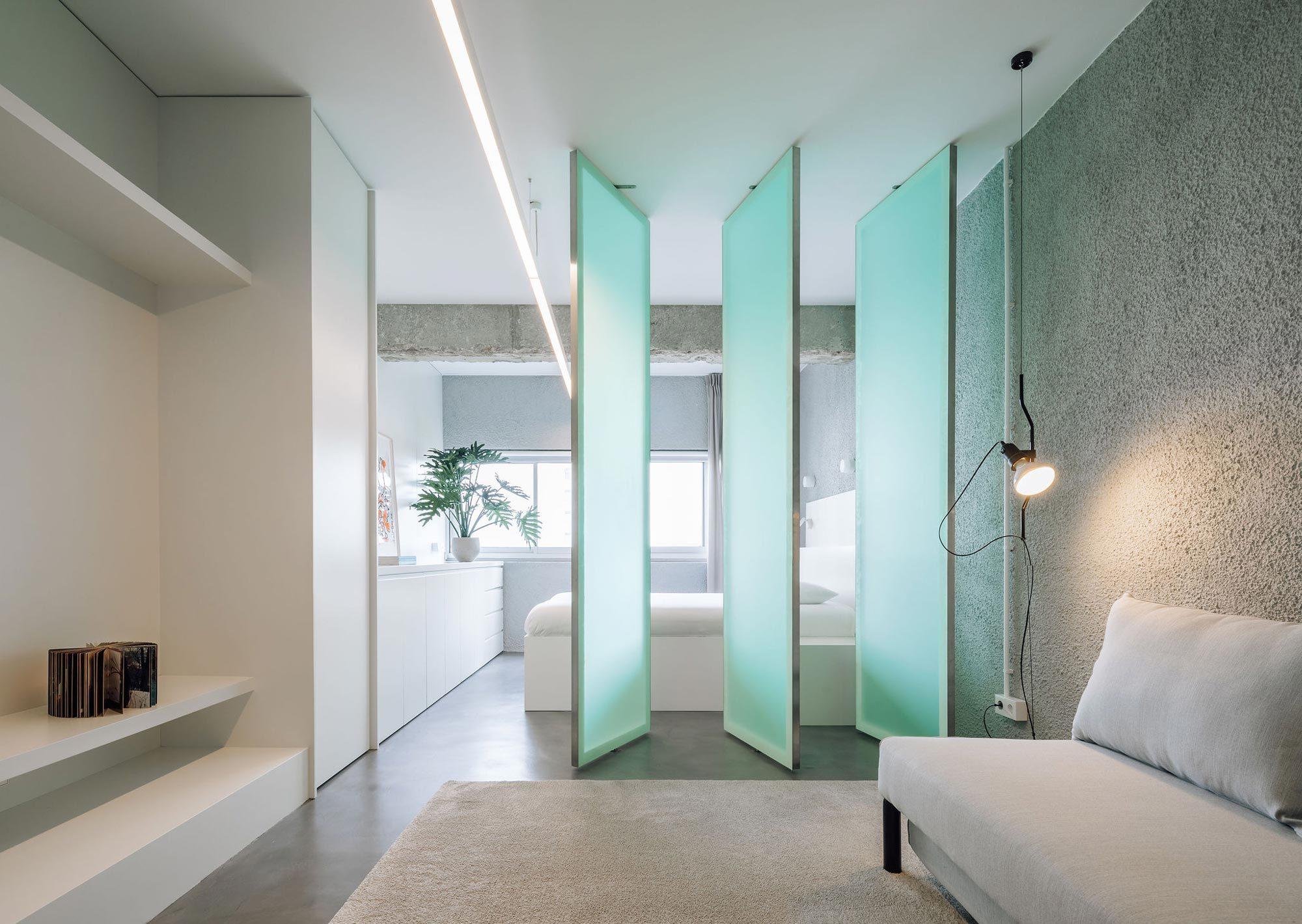 Im portugiesischen Cascais verwandelte das Büro DC.AD Duarte Caldas eine 38 Quadratmeter große Wohnung mit schlauchartigem Grundriss in ein helles Loft.