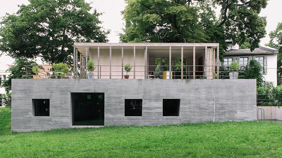 Gewohnt wird nach Saison: In dem wandelbaren Haus von Jurek Brüggen und Sebastian Sailer verändert sich die Wohnfläche mit den Außentemperaturen.