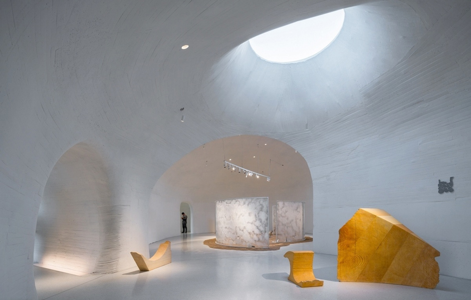 Die Hauptgalerie, der größte Raum des Museums, ist durch verschieden ausgerichtete Oberlichter mit Tageslicht durchflutet. Foto: WU Qingshan