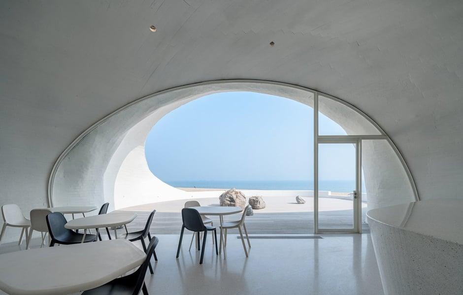 Die acht Tische im Café haben unterschiedliche Formen, die jeweils dem Grundriss eines Galerieraums entsprechen. Foto: WU Qingshan