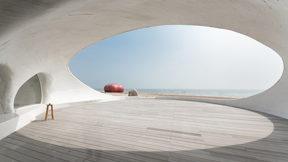 Das UCCA Dune Art Museum von Open Architecture ist in eine Düne eingegraben und verbindet so Kunst und Natur auf ungewöhnliche Weise miteinander. Foto: ZAIYE Studio