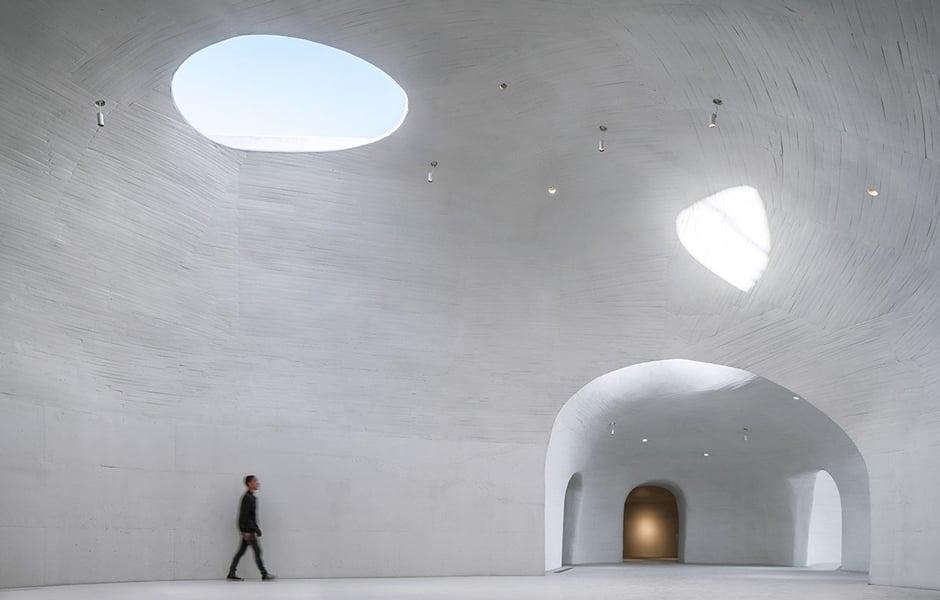 Überall im Museum lassen Skylights Licht ins Gebäude – sie eröffnen dem Besucher aber auch wunderbare Blicke in die Wüstenlandschaft direkt am Meer. Foto: WU Qingshan