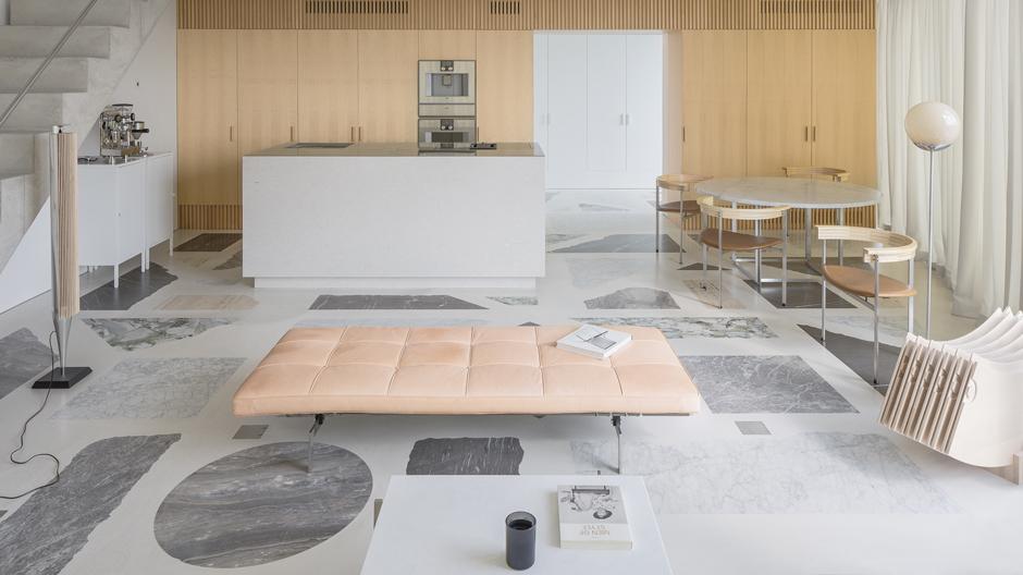 Der extravagante Terrazzoboden zieht in dem von DO Architects gestalteten Apartment alle Blicke auf sich.