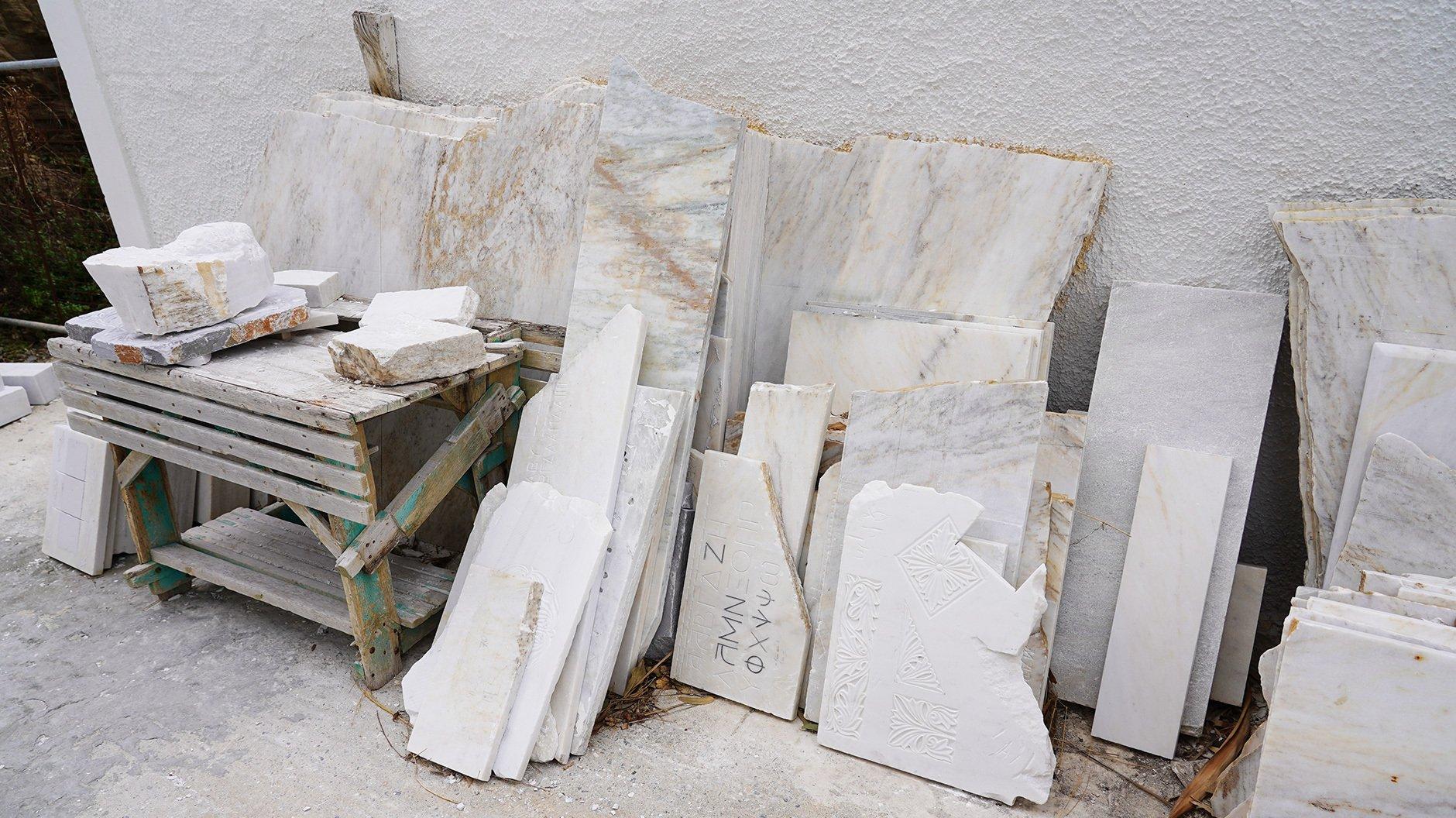 Marmorplatten und Arbeitsproben der School of Fine Arts Panormos. Foto: Tanja Pabelick