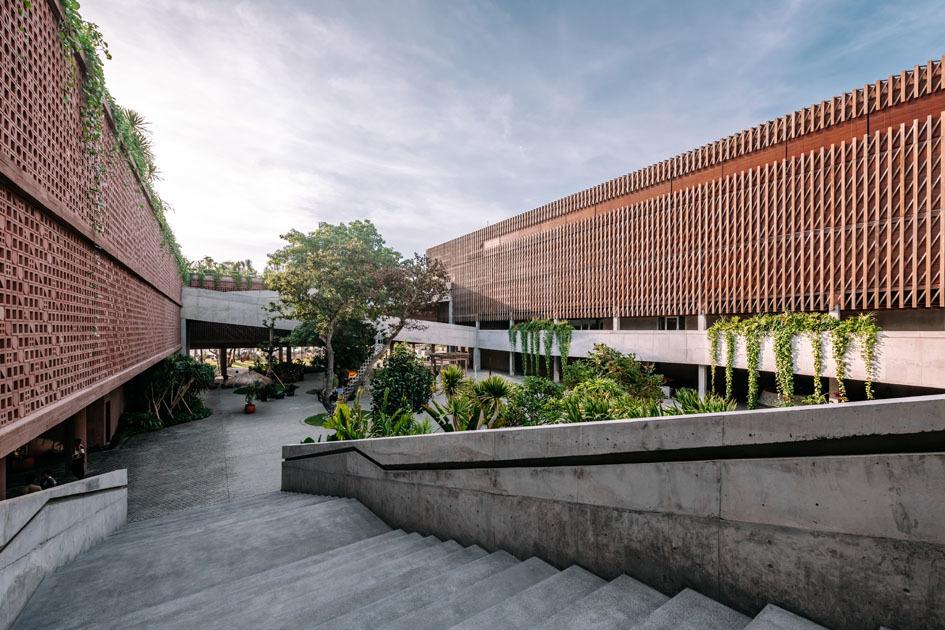 Der OMA-Entwurf definiert einen quadratischen, zweigeschossigen Ring, der die 168 Zimmer und Suiten ebenso aufnimmt wie einen Veranstaltungsbereich, ein Aufnahmestudio, verschiedene Restaurants sowie eine öffentlich zugängliche Dachterrasse mit Sonnenliegen und Sunset-Bar.