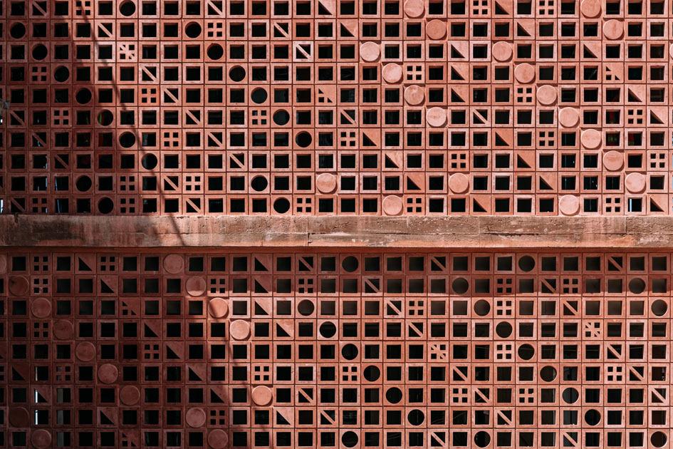 Die räumliche Verbindung zwischen Innenraum und Hof wird nicht durch Glasscheiben, sondern durch offenes Mauerwerk erzeugt. Die Ziegel sind eigens für das Hotel von Kunsthandwerkern auf Bali angefertigt worden. Sie werden von quadratischen, dreieckigen und runden Öffnungen durchbrochen, die den Fassaden ein unregelmäßig changierendes Muster geben.