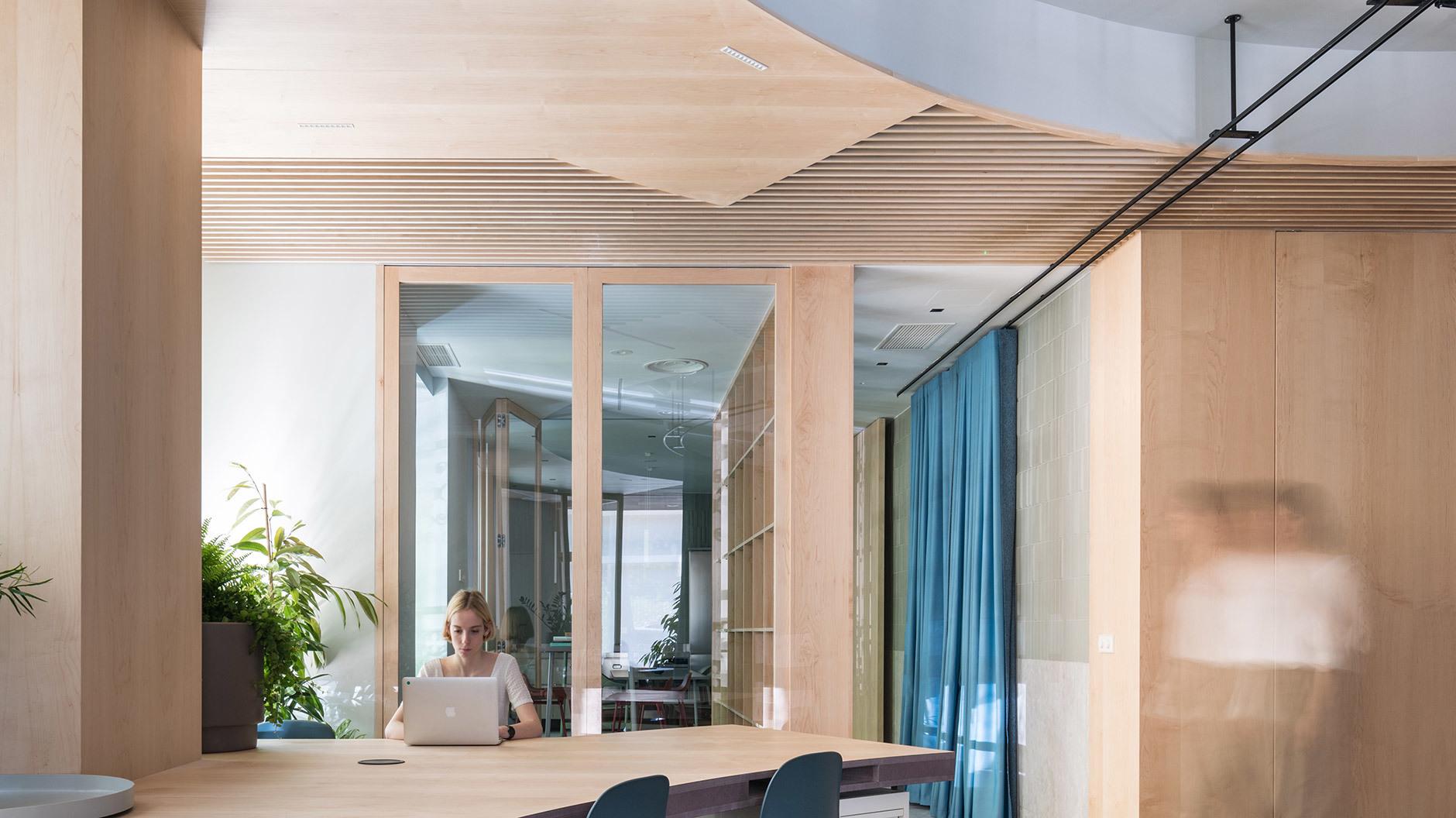 Wände und Decken sind mit Holz verkleidet und tragen zu einer warmen Atmosphäre bei.