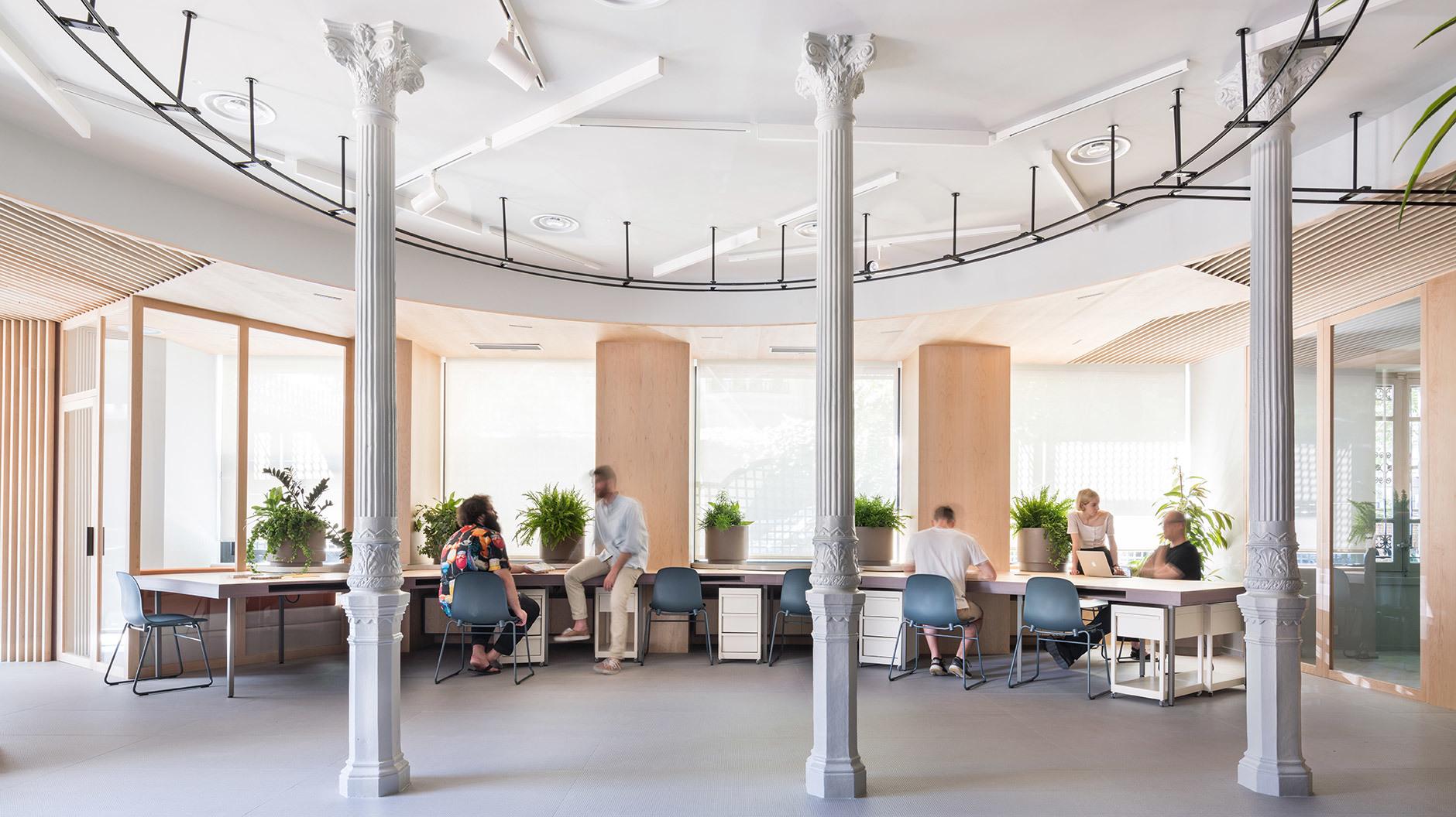 Der zentrale Raum funktioniert als kommunikatives Büro, wird zum Ausstellungsraum und bietet Platz für Veranstaltungen.