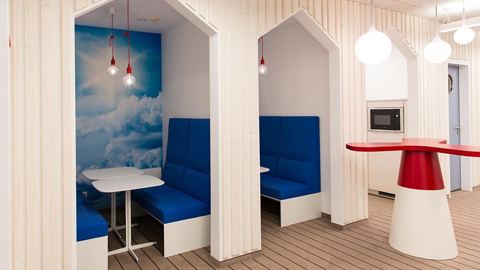 In der Gemeinde Altenholz ließ sich der IT-Dienstleister Dataport zwei Büroetagen in eine moderne Arbeitslandschaft umwandeln. Mit dabei: Strandhäuser, Segeltücher und Sitzlösungen von Brunner.