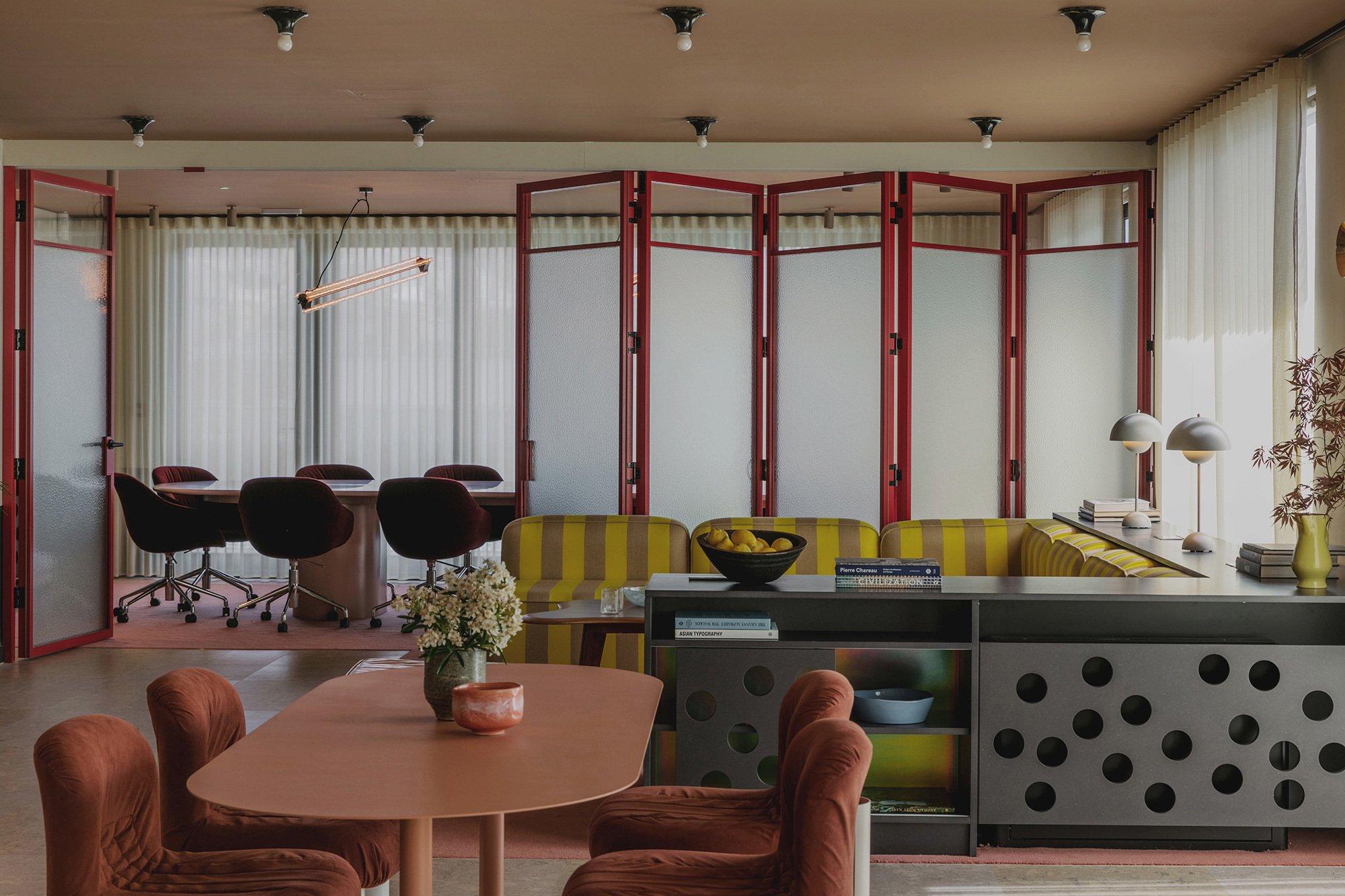 Das Londoner Studio Daytrip gestaltete in Clerkenwell ein Büro, in dem Hollywood-Glamour auf den Stil kalifornischer Clubhäuser und barocker Boudoirs trifft. Foto: Mariell Lind Hansen