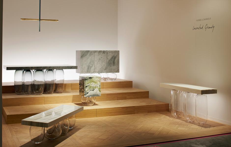 Design Miami Basel 2019: Der französische Designer Mathieu Lehanneur kombiniert bei seiner Kollektion Inverted Gravity Glas und Naturstein auf ungewöhnliche Art. Foto: Messe/James Harris