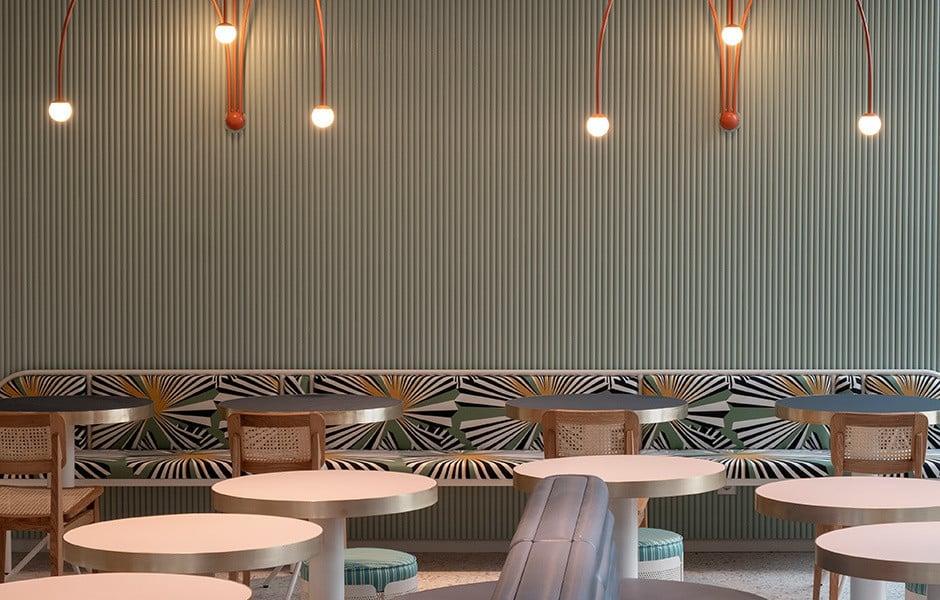 Von den Decken über die Wände bis zum Boden: In dem Münchner Restaurant lilli p. achtete die Designerin Stephanie Thatenhorst auf den abgestimmten Einsatz von Farbe, Material und Textur. Foto: Kerstin Weidemeyer
