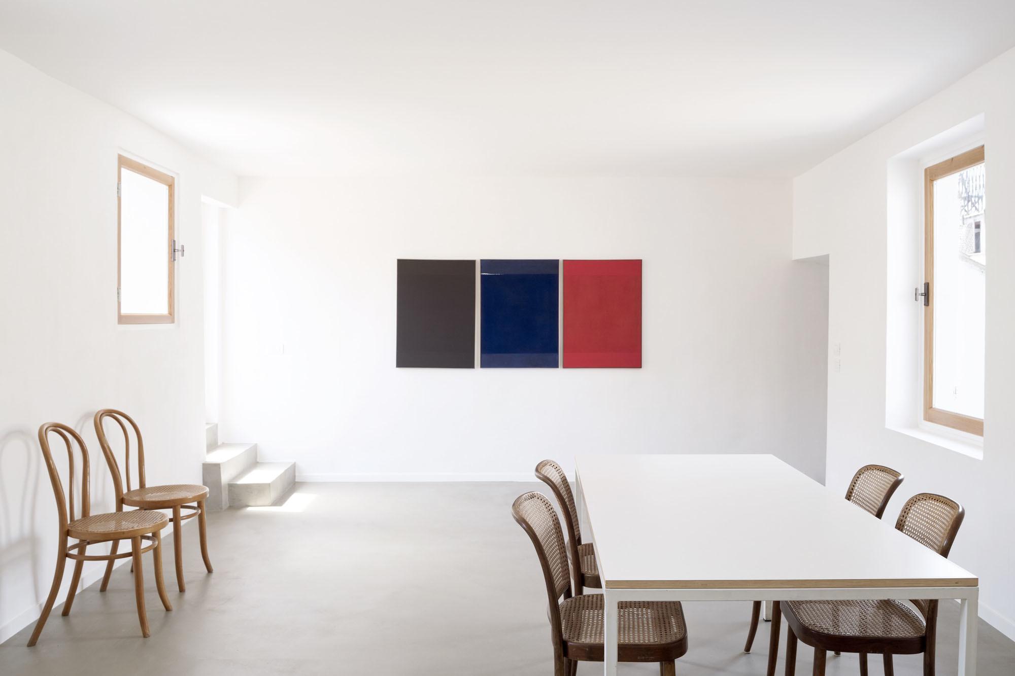Um den Esstisch gruppieren sich Vintage-Thonet-Stühle, die im Antiquariat ÂGÉ erworben wurden. Das TriptychonUntitledstammt vonFerdinando Maffii.