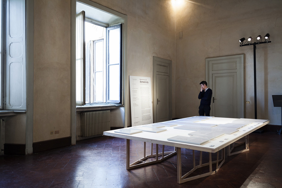 """Im Auftrag der Biennale Interieur wurde während der Mailänder Möbelmesse im Palazzo Clerici die Ausstellung """"Domesti-City"""" gezeigt.© Space Caviar"""