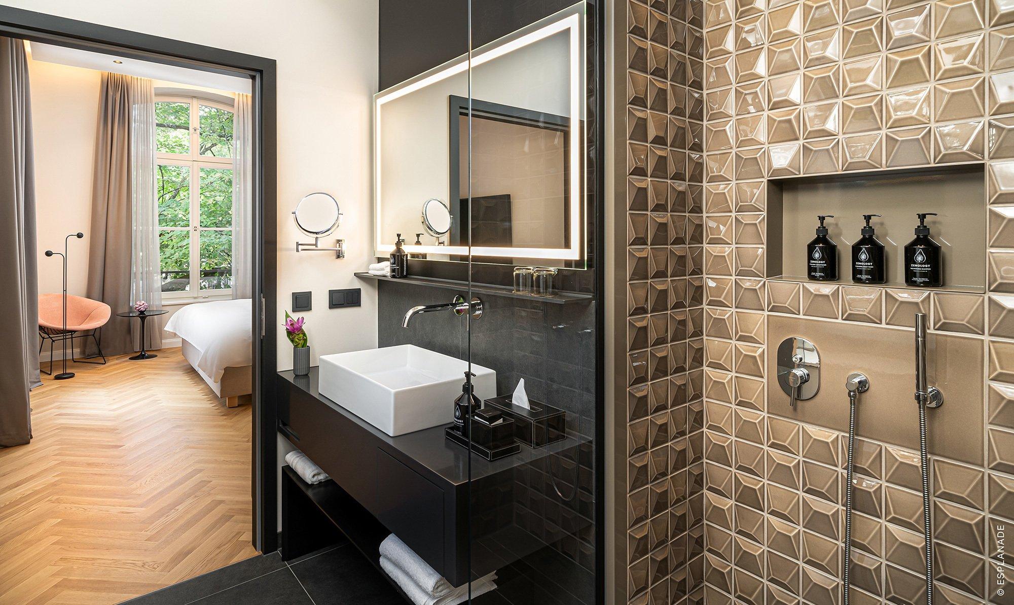 ORO BIANCO TILES für Hotelbadezimmer: Die Form und die Glasur der dreidimensionalen Fliesen wurden nach dem vom Kunden definierten Design entwickelt und hergestellt.