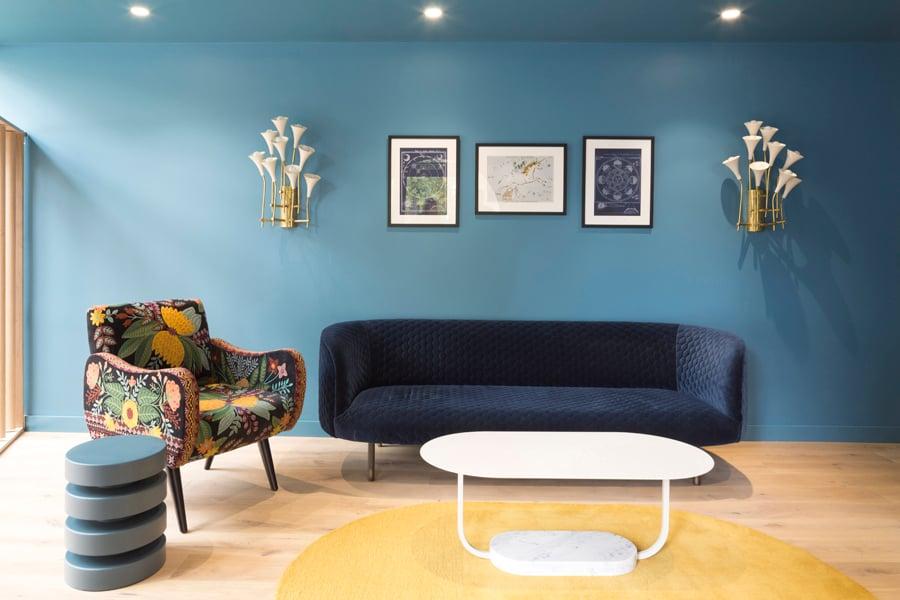 Die unumgänglichen Formalitäten werden in einer räumlichen Umgebung erledigt, die Trost durch energetische Farben und wohnlichen Charme spendet. Foto: Agnese Sanvito